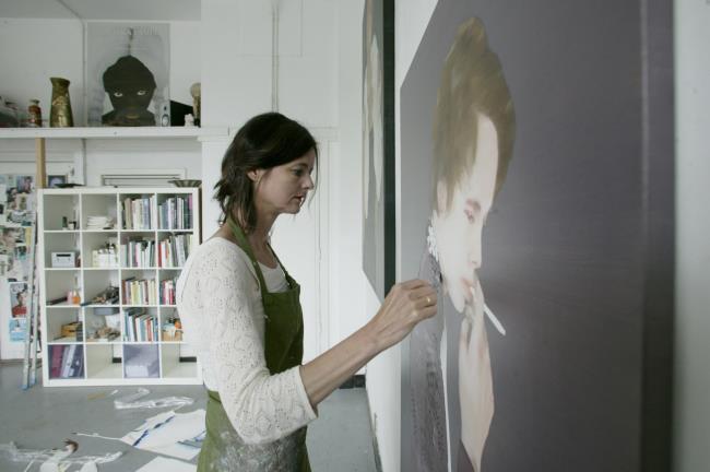 Katinka Lampe aan het werk in haar atelier